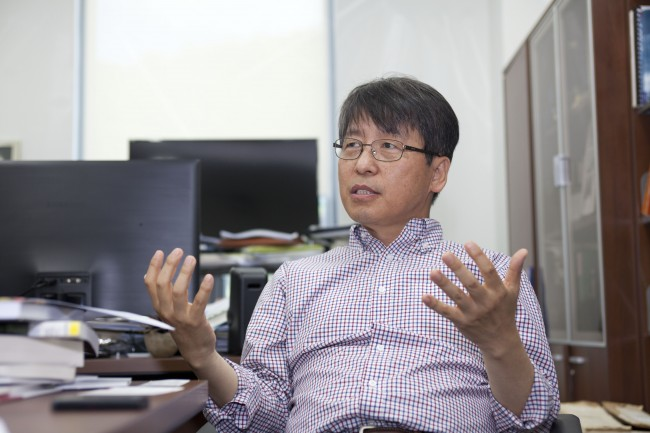 박 부연구단장은 연성물리학 실험그룹을 이끌며 나노 크기의 엔진을 만드는 실험도 하고, 액체와 고체 사이 경계면의 연구에도 주력하고 있다. - IBS 제공